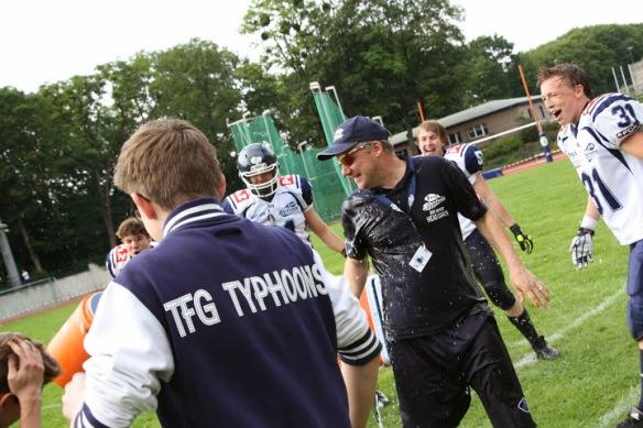 Gatorade-Dusche für Typhoons Head Coach Jens Ruffert nach Spielschluss